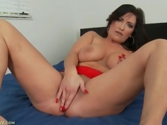 Curvy solo milf masturbates and fingers hither bed