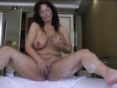 Curvy mature masturbates her cunt to the bathtub