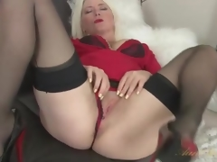 Blonde milf Amber Jewell in seamed nylons