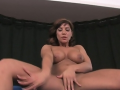 Domineer brunette milf rubs and toys fur pie